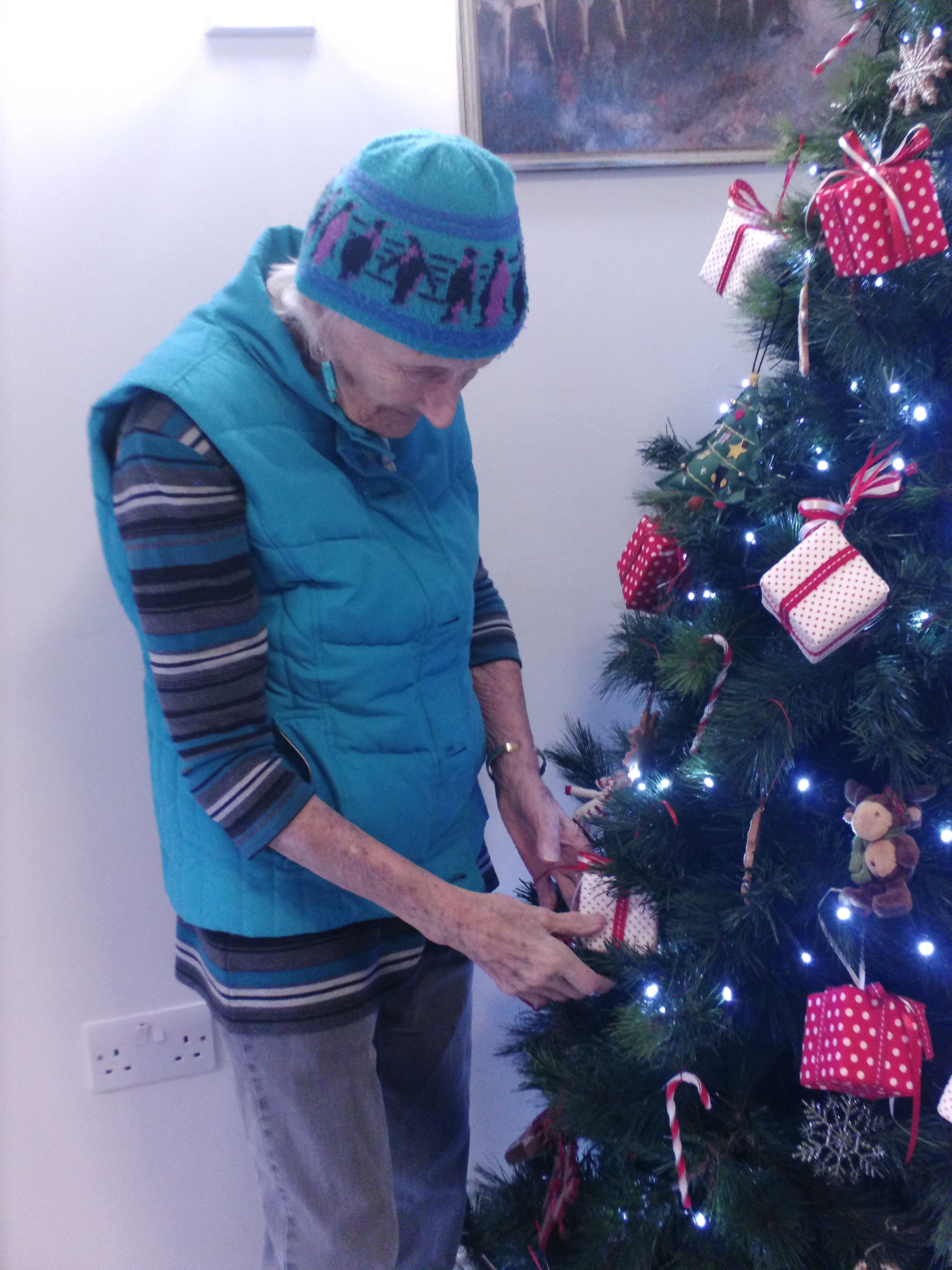 Jo adds final touches to tree (002)