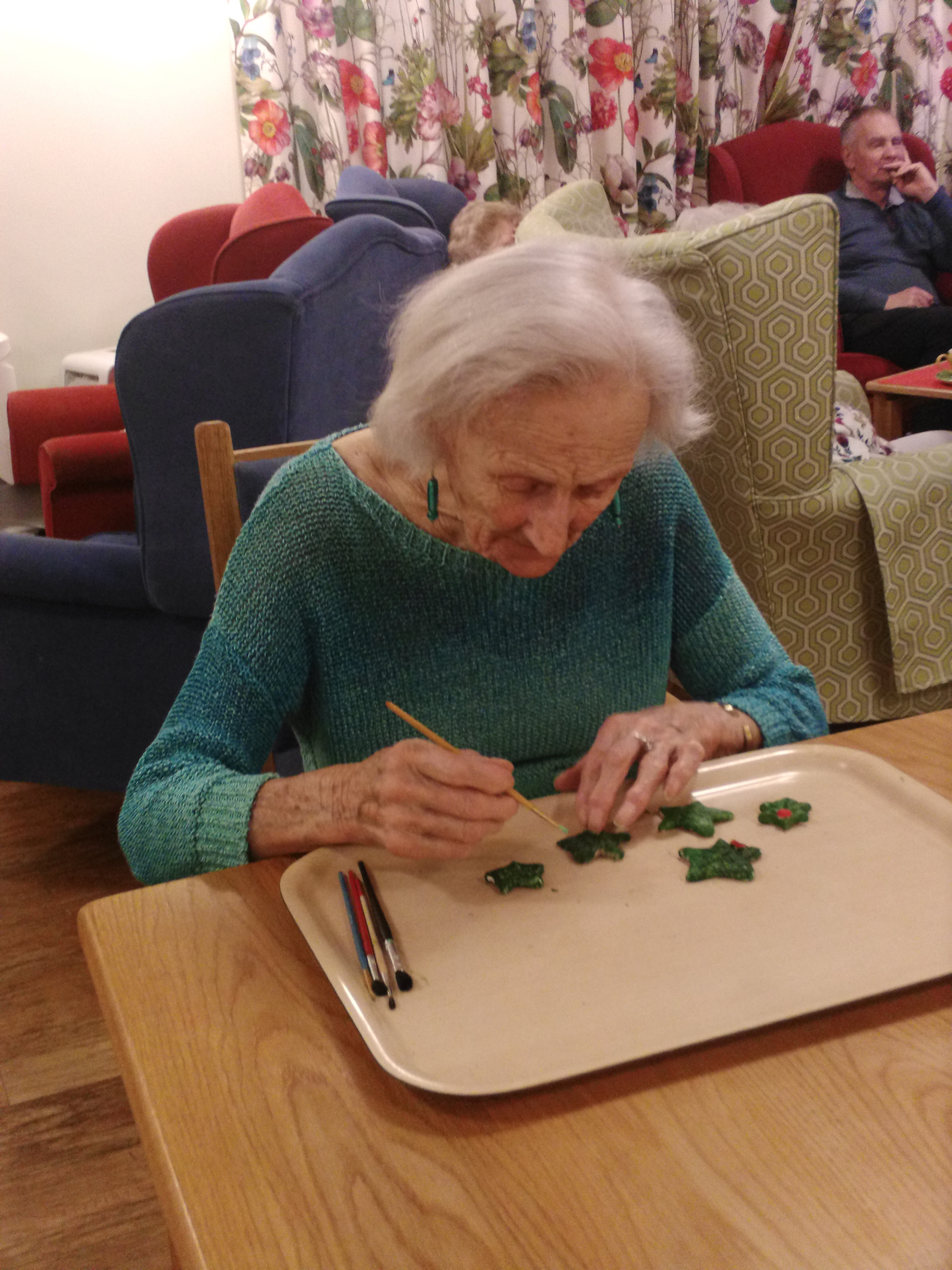 Jo paints holly leaves (002)