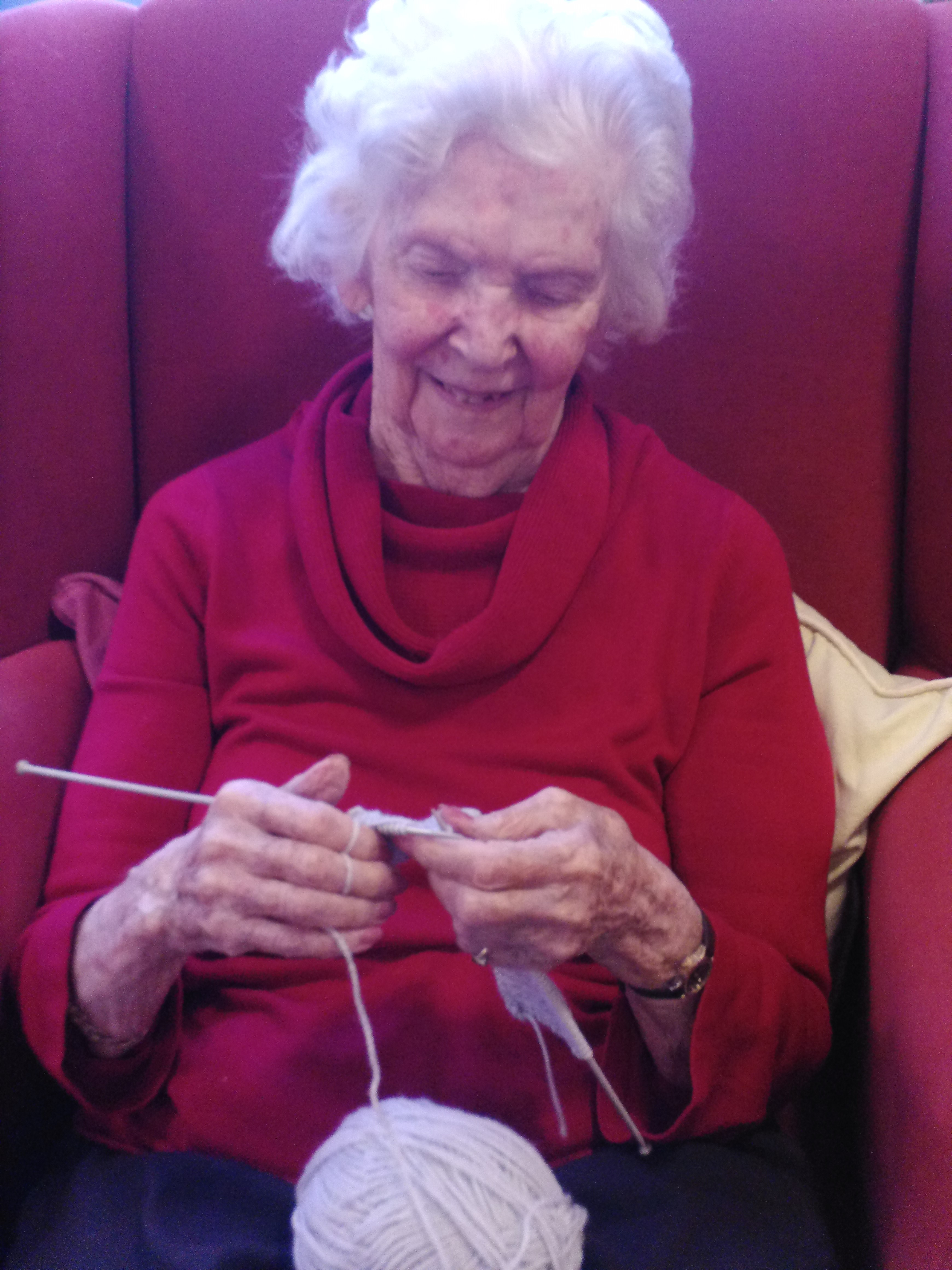 Madge knits a babys hat (002)
