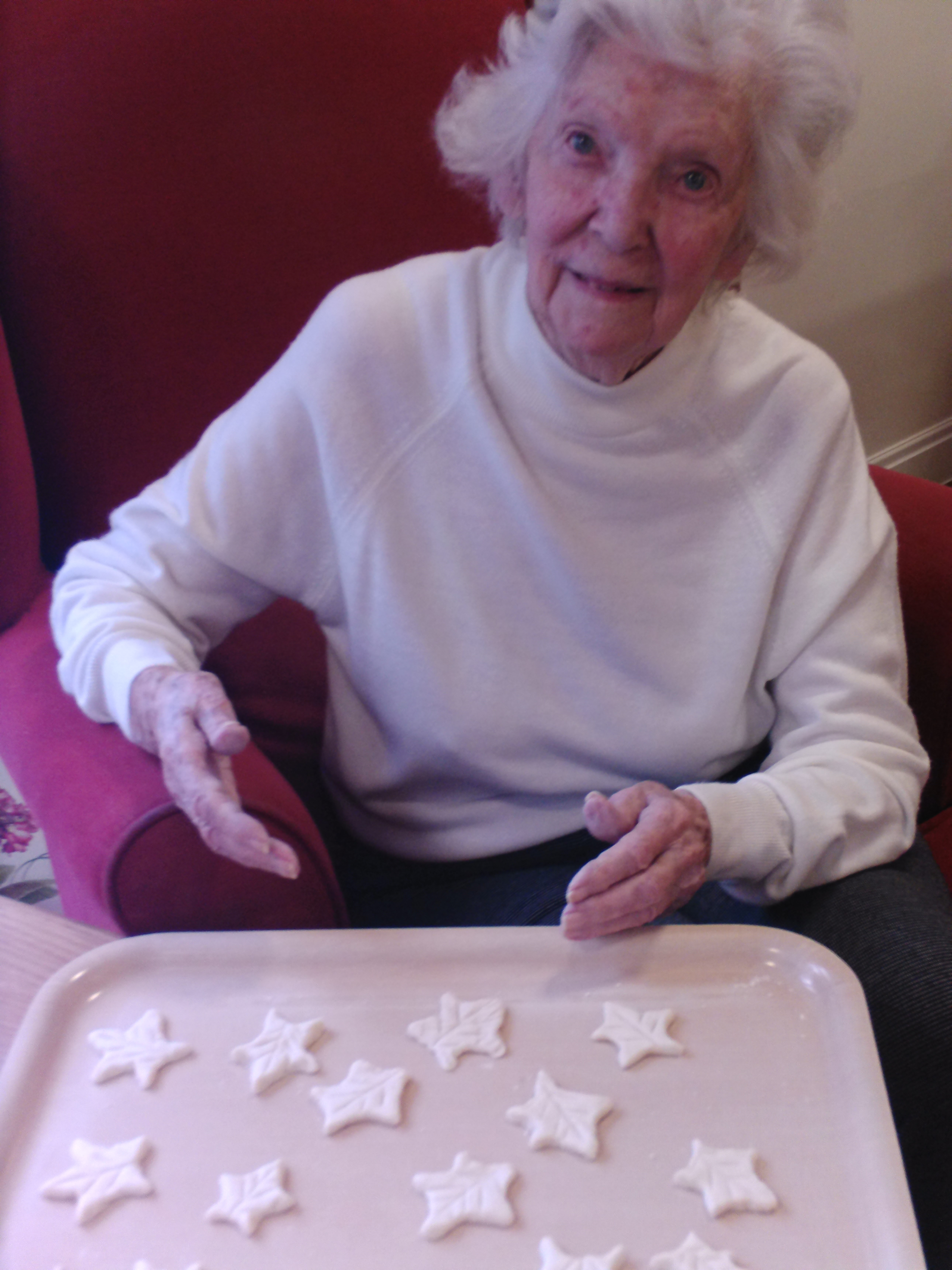 Madge makes holly leaves (002)