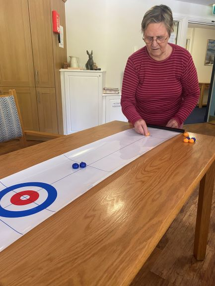 Valerie table curling (002)